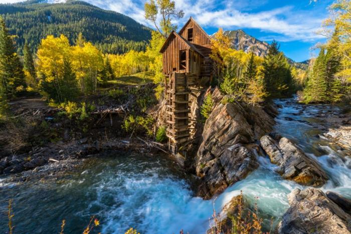 imagenes de paisajes naturales, suelo lleno e agua con piedras con el bosque redeando el agua