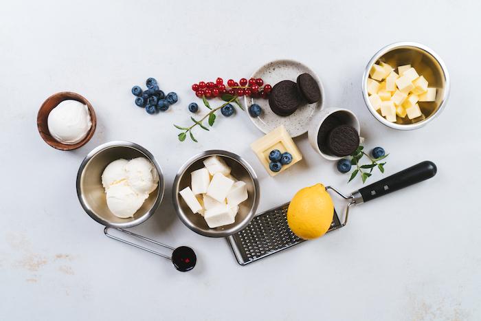 ingredientes necesarios para hacer tartas de queso sin horno, mascarpone, crema de queso, arándanos frescos, mantequilla, limon
