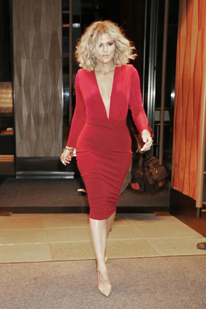 recogidos con ondas al agua, Khloe Kardashian con vestido de lapiz de color rojo con escote profundo