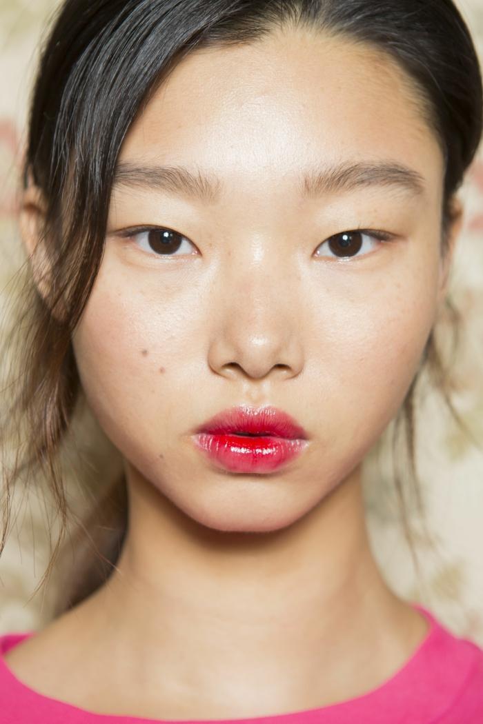 labios en color rojo brillante, ideas sobre como aplicar un gloss en los tonos en tendencia