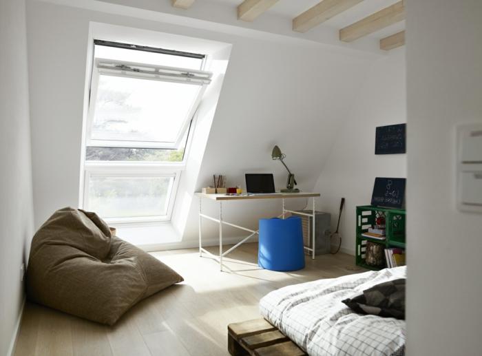 literas juveniles, puff de color marrón con escritorio y otomana azul, ventana, suelo de parquet claro