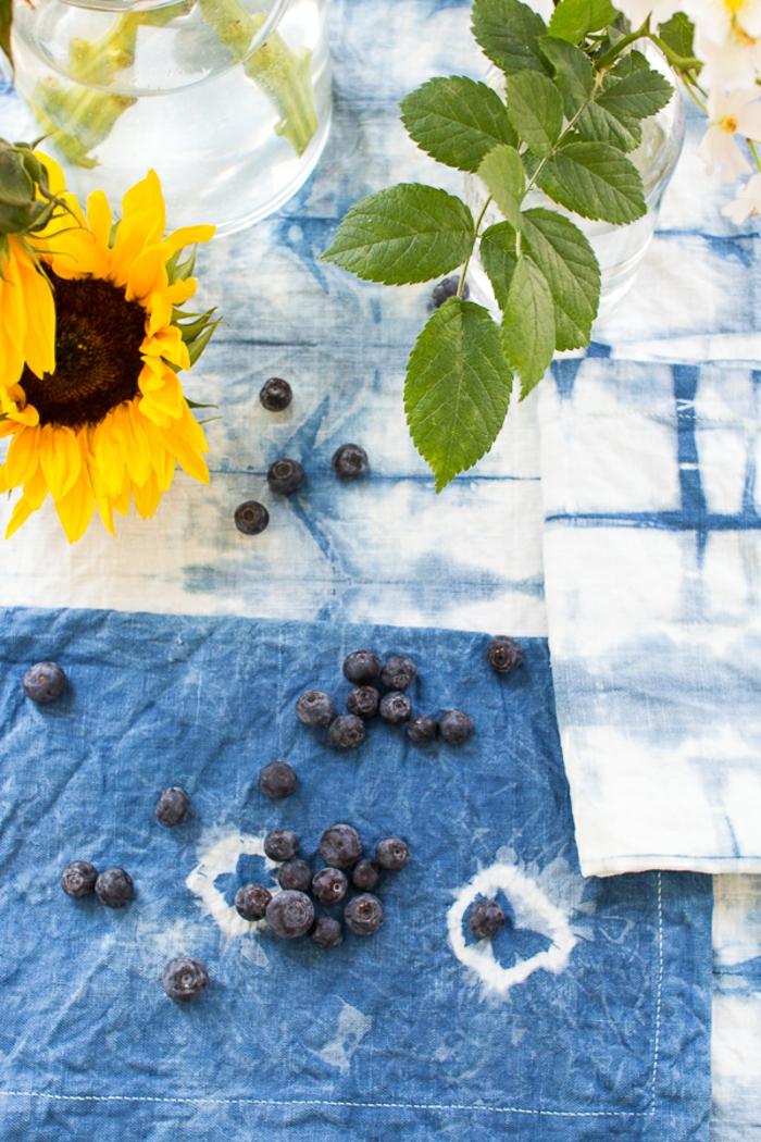 ideas de decoración casera para el verano, mantel DIY hecho con pintura acuarela en blanco y azul