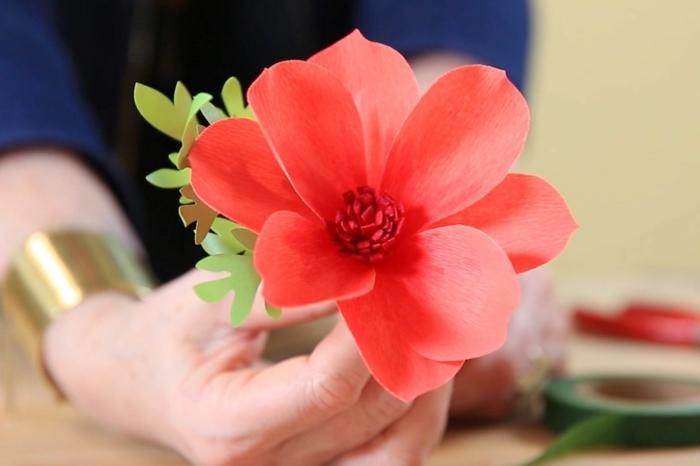 flores artificiales hechas de papel para adornar la casa en verano, ideas de manualidades faciles y rapidas
