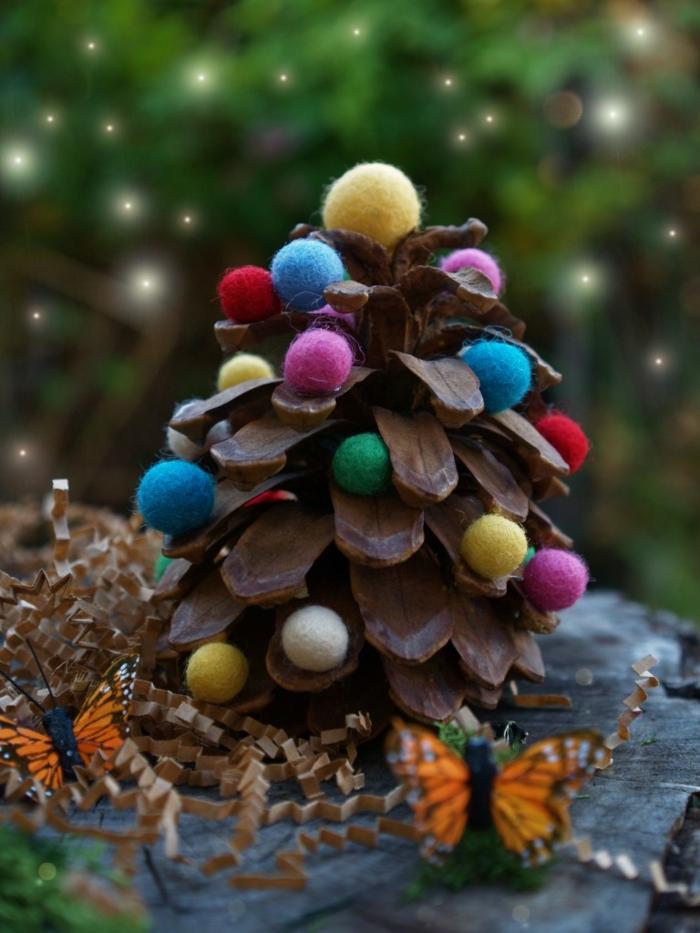 decoración de piña con pompones coloridos, manualidades faciles de hacer en casa en Navidad