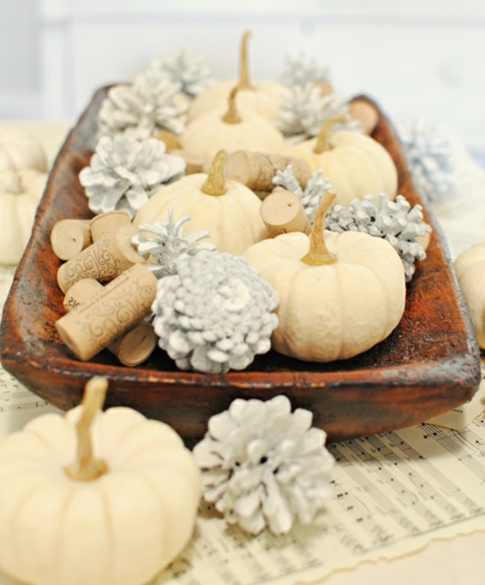 decoración DIY, ideas de manualidades faciles de hacer en casa, centro de mesa DIY con mini calabazas, piñas pintadas en plateado y corchos