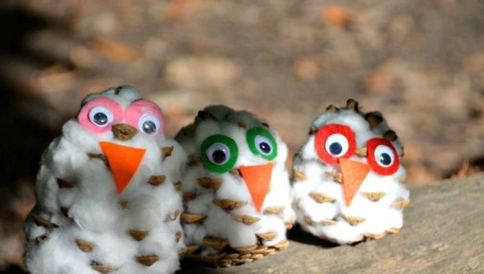 ideas de manualidades infantiles con piñas, mini piñas decoradas con algodón y fieltro, manualidades paso a paso