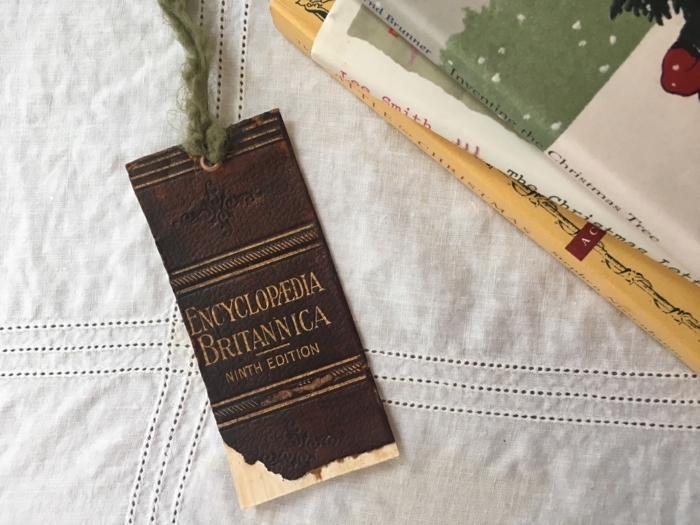 como hacer manualidades con reciclaje, marcarpaginas hecho de cubiertas de libros viejos