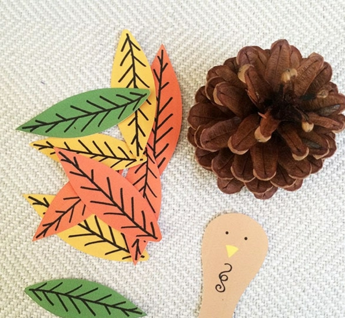 manualidades de papel fáciles y rápidas, piñas decoradas DIY, materiales necesarios y tutotial en fotos