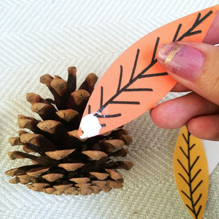 como decorar una piñas paso a paso, ingeniosas propuesta de manualidades para decorar la casa en otoño