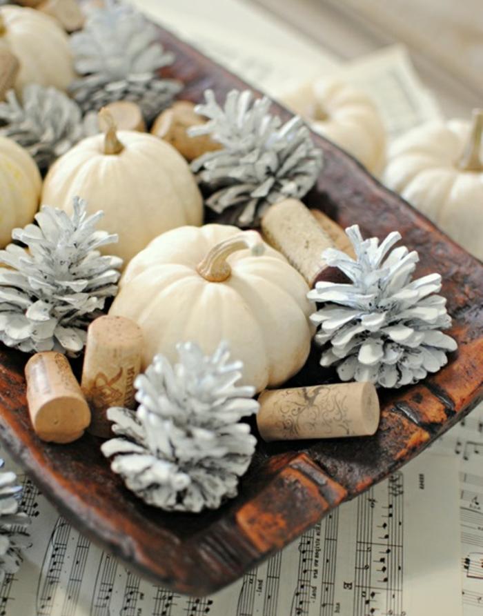 centro de mesa DIY para decorar la casa, calabazas pequeñas, piñas decoradas en plateado y corchos
