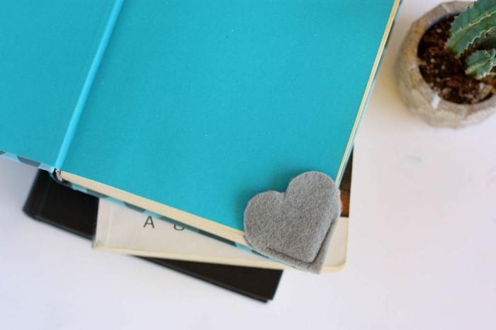 bonitas ideas DIY para hacer en casa, cómo hacer margarpáginas caseros en forma de corazón