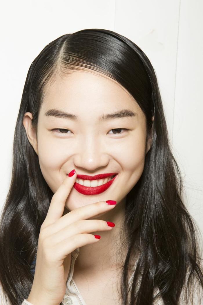 como maquillar los labios en rojo fuego, labios en rojo mate y uñas pintadas en el mismo color