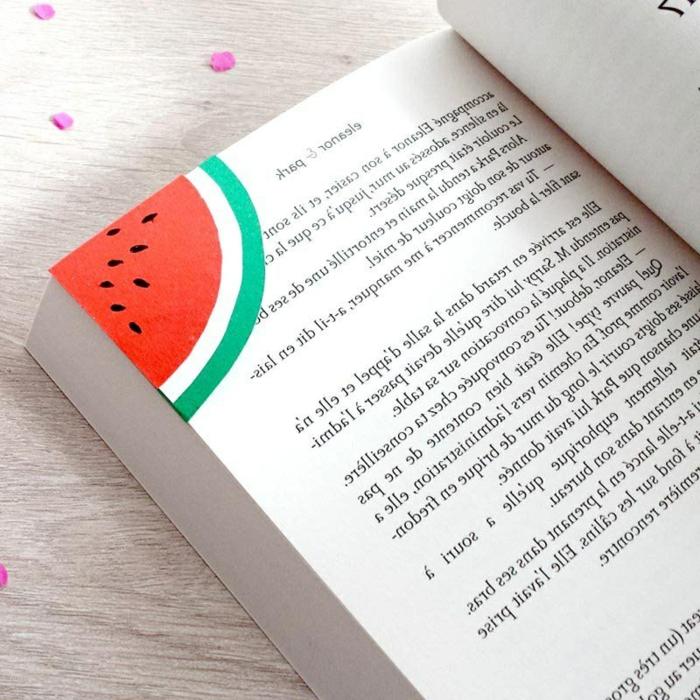 separador de libros sandía hecho de papel, ideas de manualidades para niños y adultos