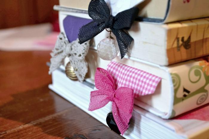separadores de libros decorativos hechos con moños, ideas de manualidades para regalar