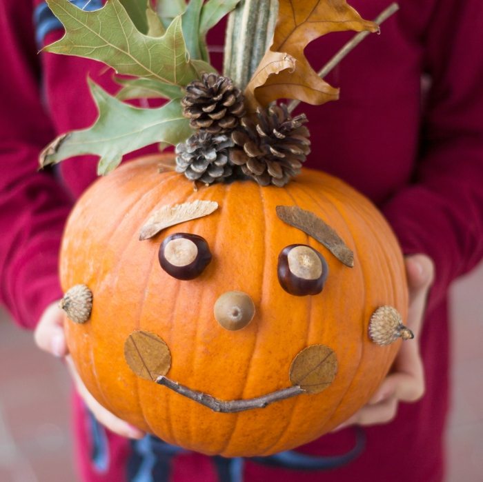 calabaza decorada con hojas secas, piñas, bellotas y castañas, ideas originales para Halloween