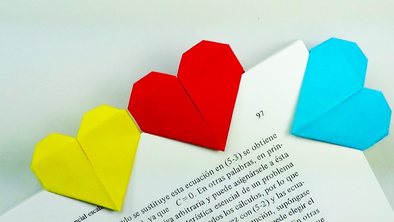 como hacer manualidades con papel y cartón, marcarpáginas en forma de corazón en amarillo, rojo y azul