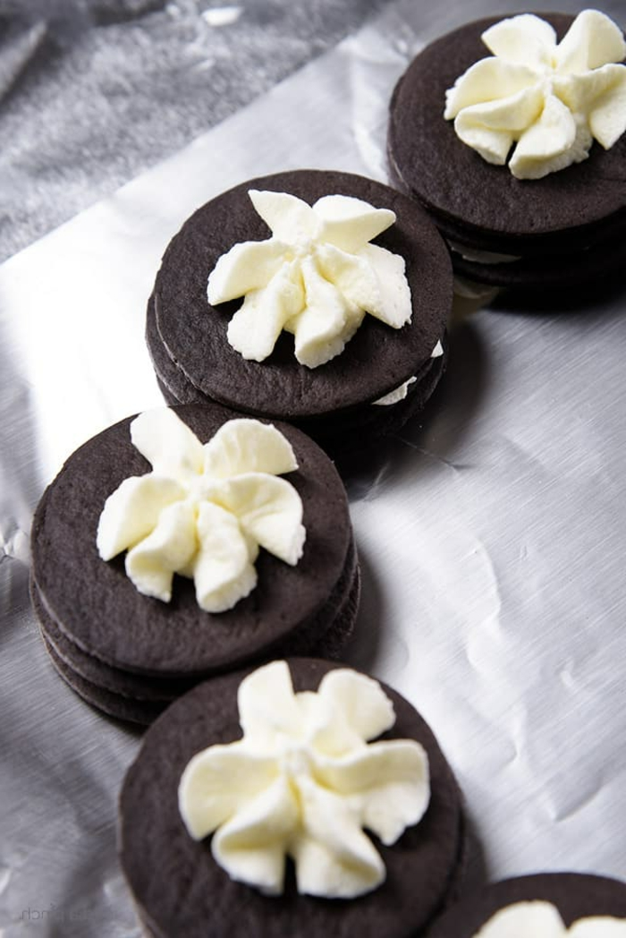 ideas originales de postres faciles y rapidos sin horno, galletas de chocolate con crema de queso