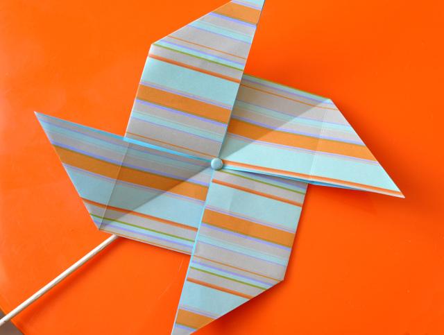 ideas de origami facil para los niños, molinillo de viento hecho de papel estampada en rayas