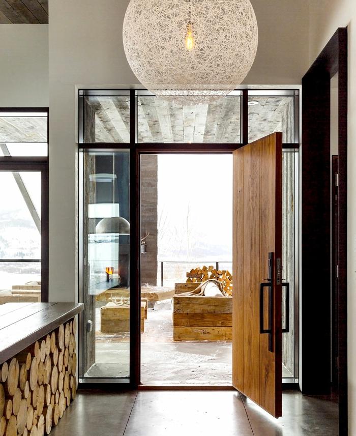 entraditas pequeñas decoradas en estilo rústico moderno, lámpara de diseño, suelo con baldosas
