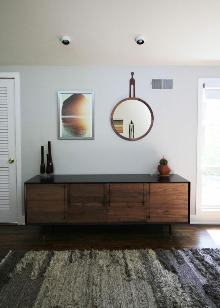entraditas pequeñas decoración sencilla, suelo de parquet con alfombra en gris, paredes blancas con decoración