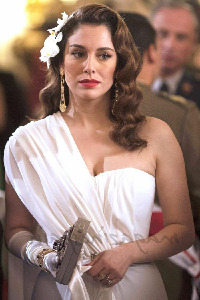 ondas al agua pelo corto Blanca Suarez con el vestido blanco palabra de honor con flores blancas en el pelo