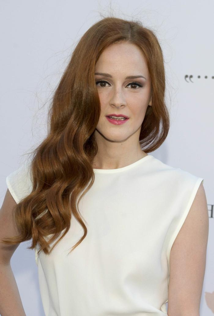 ondas al agua pelo corto, actriz de la serie las chicas del cable con vestido blanco sin mangas