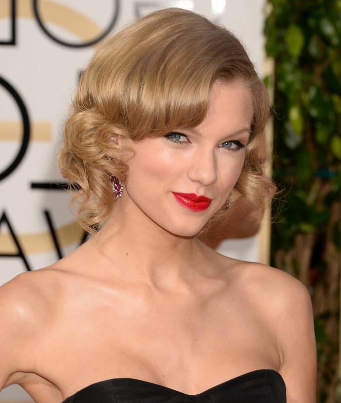 ondas media melena, Taylor Swift con media melena rubia con flequillo de estilo retro y con labial rojo