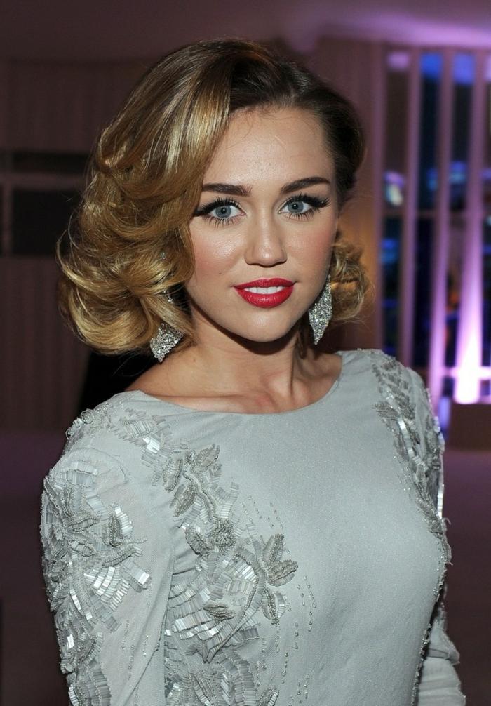 ondas pelo corto, Miley Cirus con media melena con ondulaciones con labial rojo fuerte