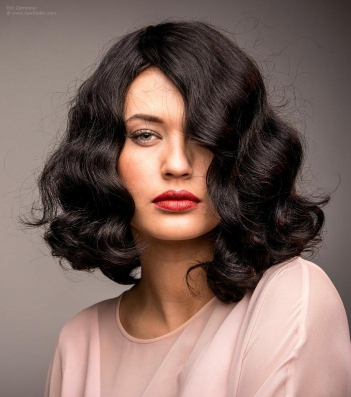 ondas pelo corto, modelo con media melena negra con ondulaciones al agua y labial rojo