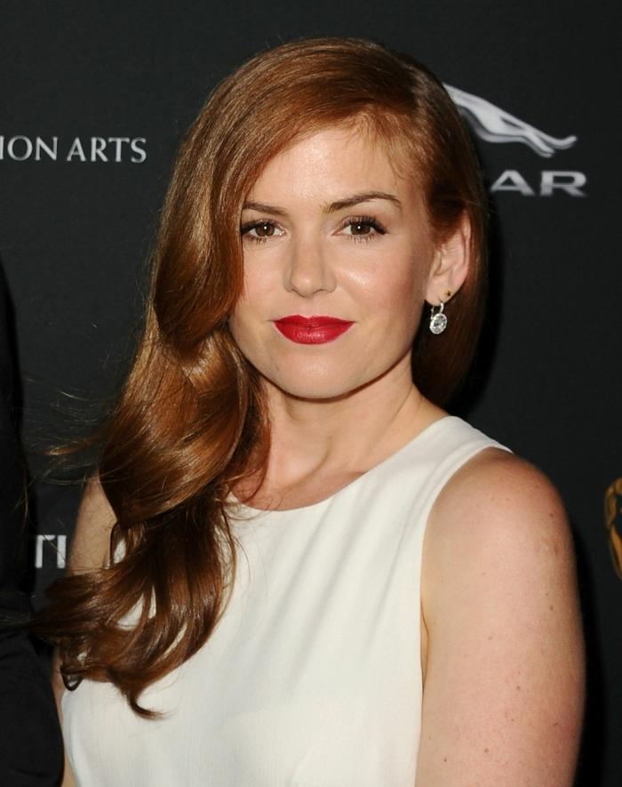 ondas pelo corto, mujer con la melena larga de color cobre con labial rojo con vestido blanco sin mangas