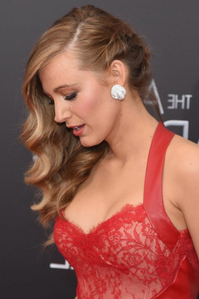ondas pelo corto, Blake Lavely con melena larga rubia con pendientes de plata y con vestido rojo