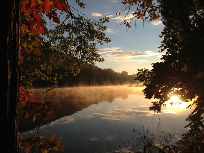 paisajes de ensueño, lago con el atardecer y el sol reflejado en el agua, arboles con hojas de colores