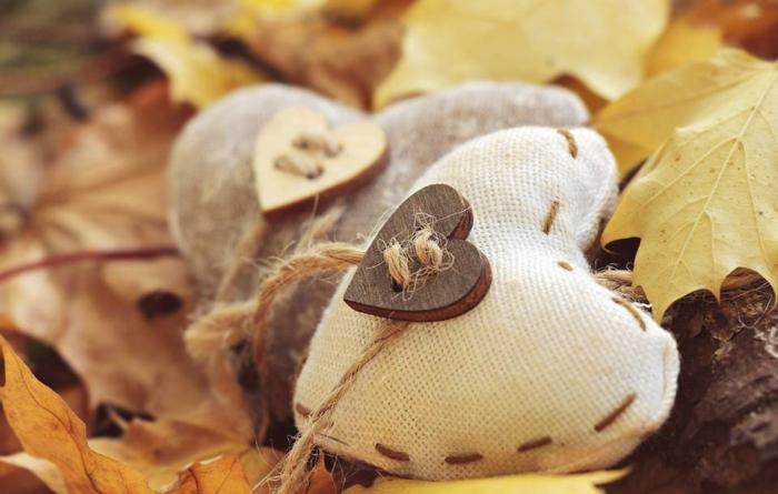 paisajes otoñales, corazones hechos de tela con botones de madera cosidos en ellos, hojas debajo