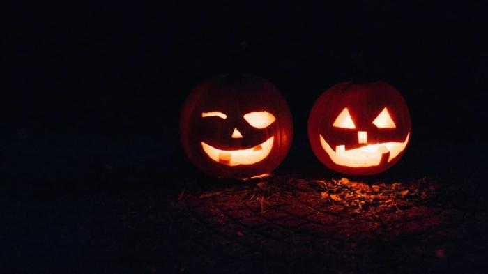paisajes preciosos, calabazas de color naranja con ojos y boca, hechas para Halloween