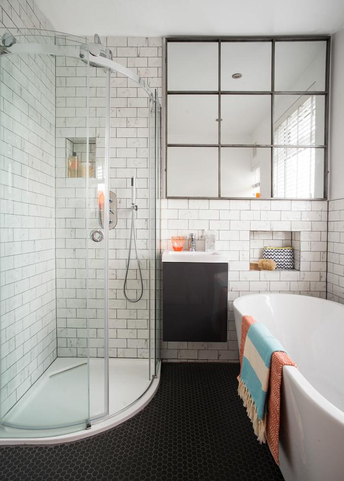 parquet ceramico, baldosas negras de hexágonos pequeños, mampara de cristal, azulejos blanco en la pared