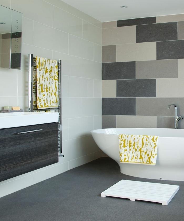 parquet ceramico, suelo con baldosas grises, paredes con baldosas de color crema, bañera blanca
