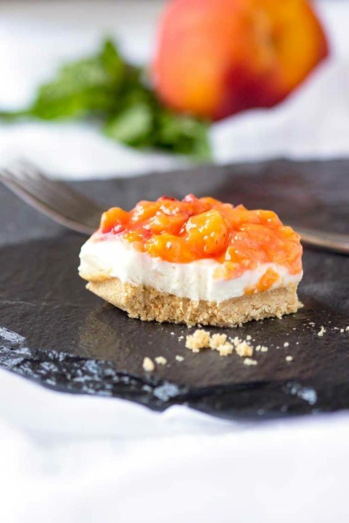 mini tartas a base de cheesecake con frutas, postres faciles y rapidos sin horno para hacer en casa