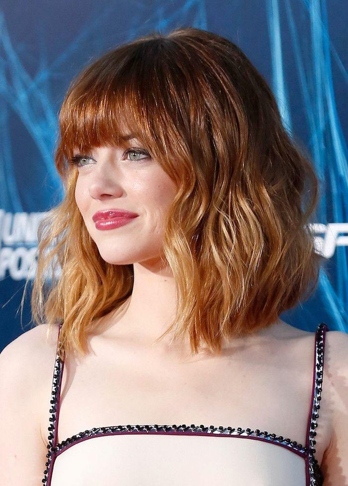 peinado ondas al agua Emma Stone con media melena de color cobre con puntas rubias y labial rojo