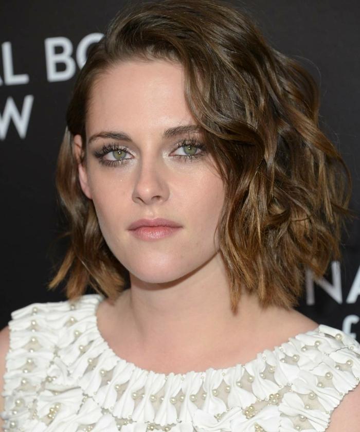peinado ondas al agua Kristen Stewart con media melena con mechas rubias y con ondulaciones