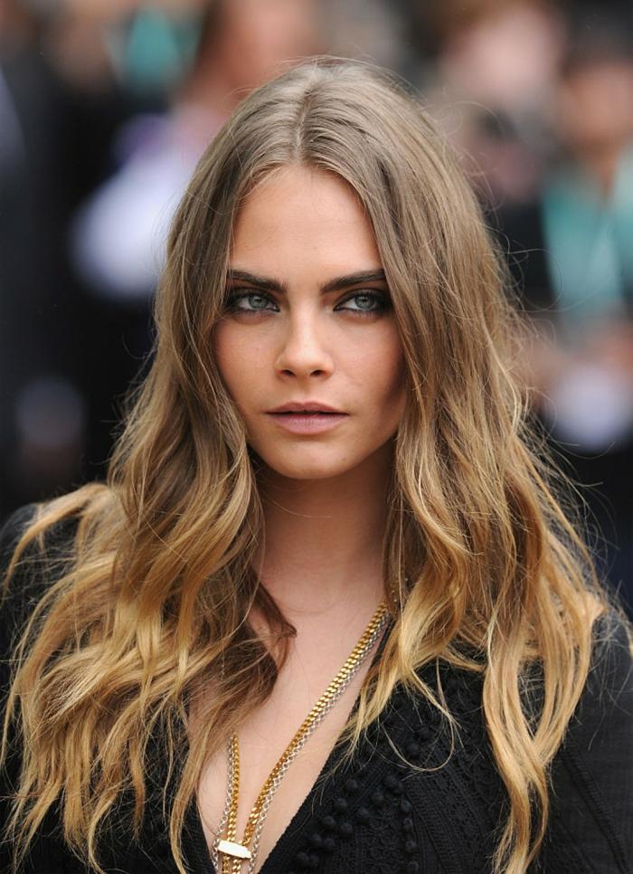 peinados con ondas melena larga con raya en el media con puntas rubias, rimel negro en los ojos