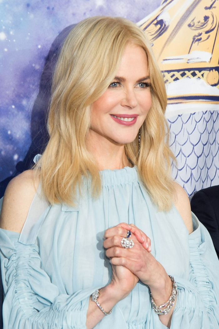 peinados con ondas pelo corto, Nicole Kidman con la melena larga rubia con la raya en el medio