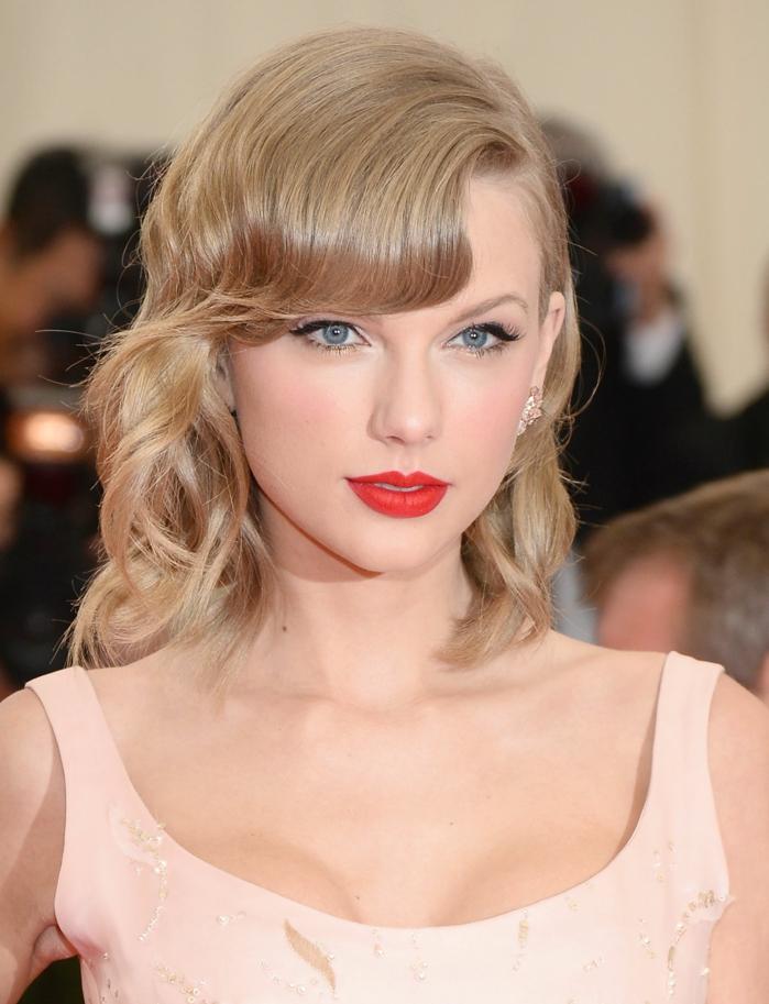 peinados con ondas pelo corto, Taylor Swift con melena media con flequillo y con rizos, labial rojo