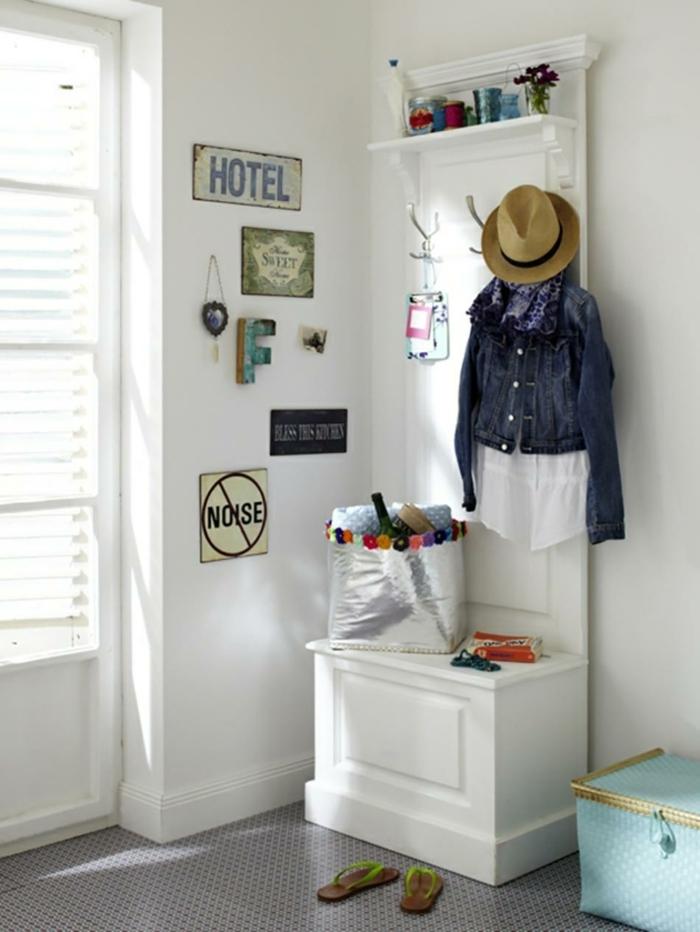 como decorar un recibidor moderno pequeño, suelo en gris, paredes blancas y pequeños detalles decorativos