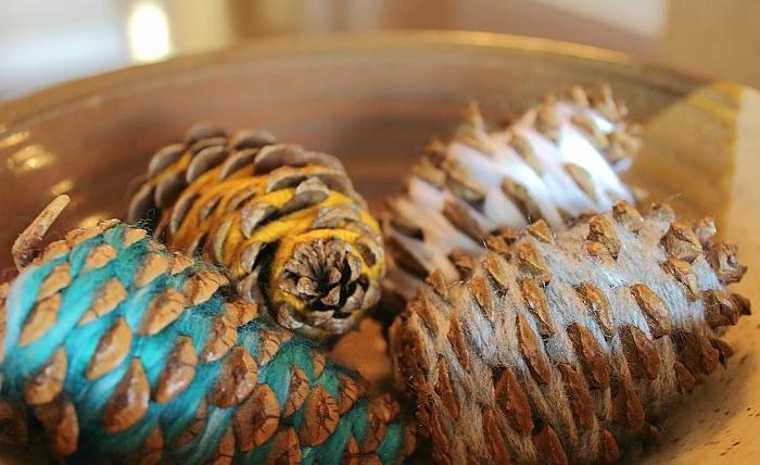 decoración DIY de encanto para el otoño, piñas envueltas de hilo en colores, manualidades fáciles para hacer en casa
