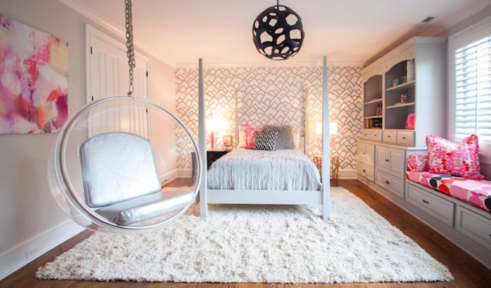 pintar habitacio juvenil, columpio colgado de la pared de forma semiesférica, alfombra de pelos en blanco