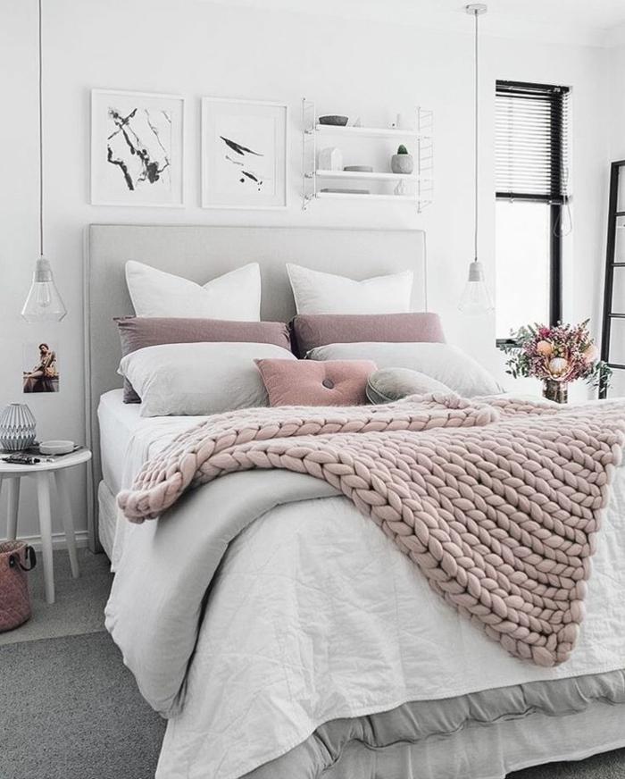 pintar habitacion juvenil, cama con cabecera alta en gris con muchos cojines y manta en rosa