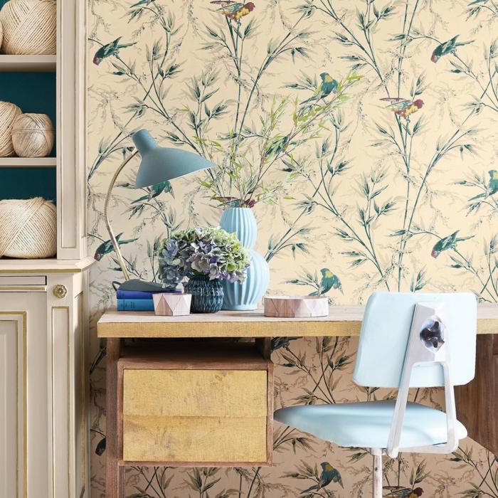 pisos decorados con vinilo con motivos étnicos con pajaros y ramas de árboles, mesa de madera