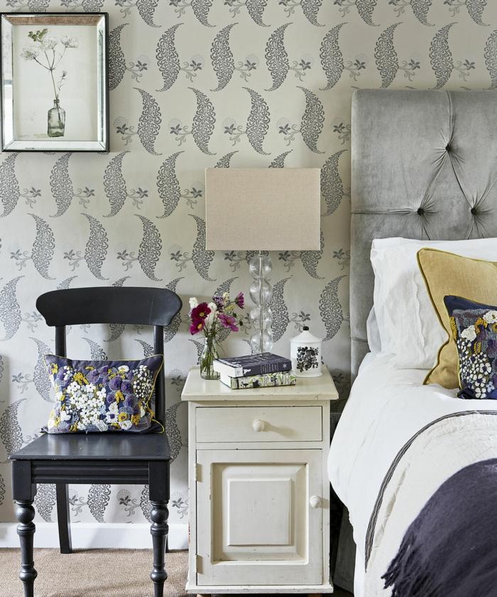 pisos modernos, vinilo con diferentes motivos, cama con cabecera alta de terciopelo en gris claro