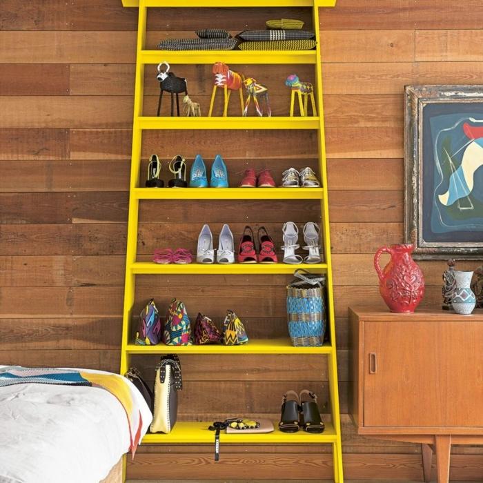 pisos modernos, estantería amarilla con zapatos de tacones y con decoración de souvenirs