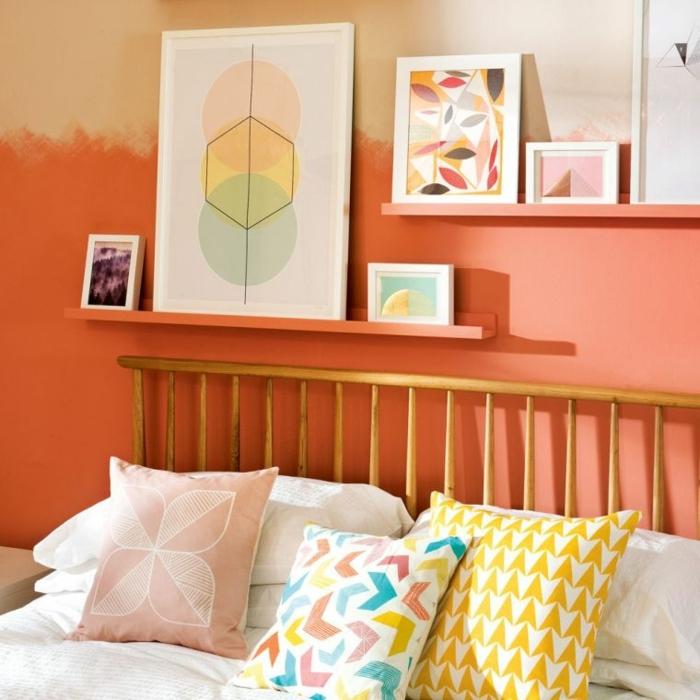 pisos modernos, cama con cojines de colores, cuadros en la pared de diferentes colores y tamaños